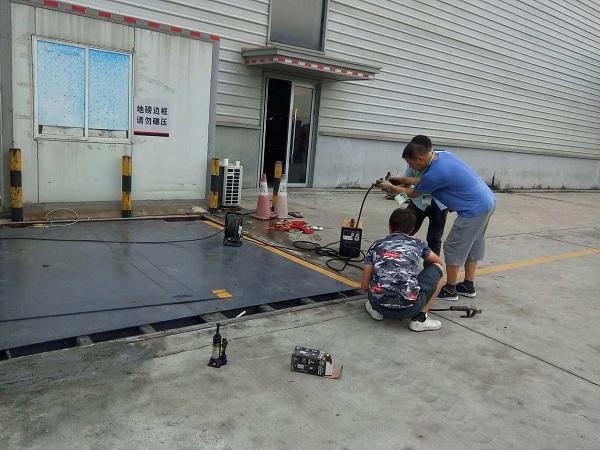 深圳飞机场顺丰物流快递,两台电子地�Y做线性校准。